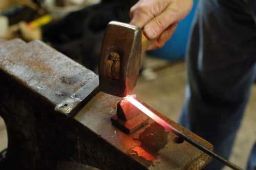 Cutting the rod on a hot-cut hardy